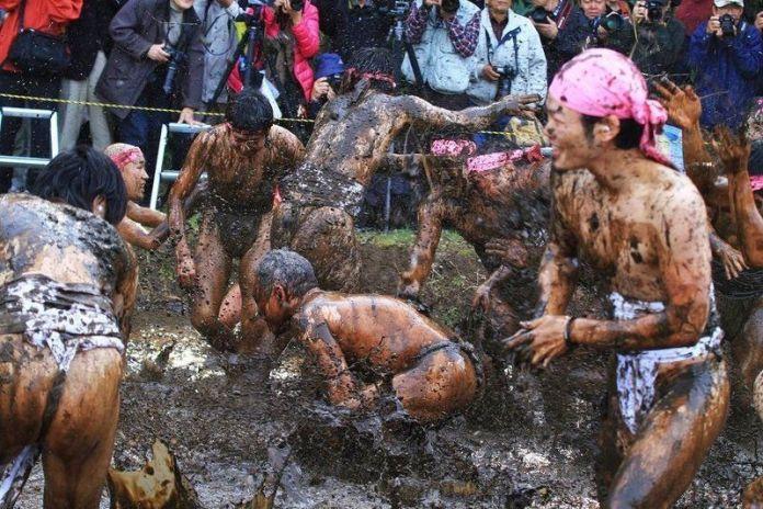 Festivales de Japón: el Warabi Hadaka Matsuri (和良比はだか祭り) o Doronko Matsuri (Festival del Barro), un extravagante festival de desnudos celebrado cada 25 de febrero en la ciudad de Yotsukaidō (四街道市), en la prefectura de Chiba.
