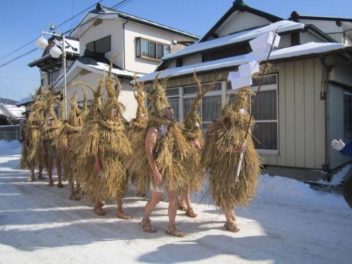 """Festivales de Japón: hombres de paja en el Yonekawa No Mizukaburi (米川の水かぶり) o """"Festival del Remojón"""", en la prefectura de Miyagi"""