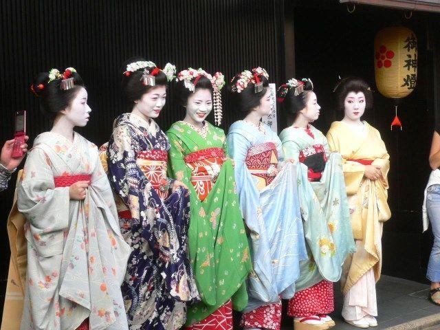 Desfiles de geishas y maikos durante el Zuiki Matsuri (瑞饋祭 o ずいき祭) o Festival Zuiki de Kioto