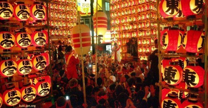 Festivales de Japón: el Tennōsama (天王様), conocido popularmente como Kuki Chōchin Matsuri (久喜提燈祭り, Festival de los Farolillos de Kuki) celebrado los días 12 y 18 de julio en la ciudad de Kuki (prefectura de Saitama)