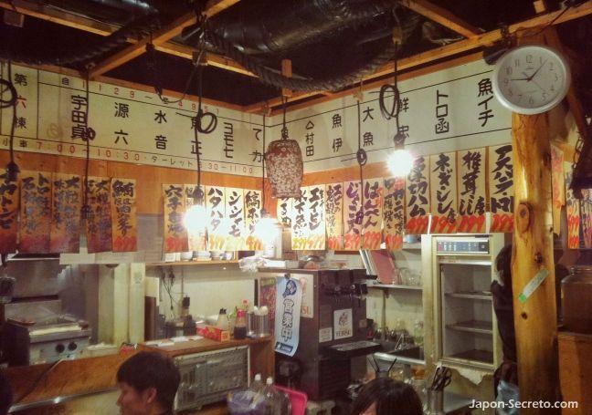 Omoide Yokocho (思い出横丁), unos fascinantes callejones para descubrir en el corazón del populoso barrio de Shinjuku (Tokio, Japón). Interior de uno de los restaurantes. Menús escritos por las paredes