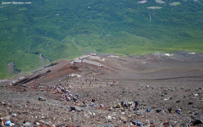 Fila de escaladores ascendiendo a la cima del monte Fuji por la ruta Yoshida