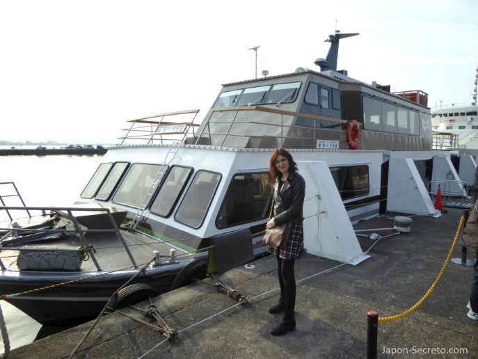 Excursiones desde Kioto: viaje a la isla de Chikubu (Chikubushima), en el lago Biwa, desde la ciudad de Nagahama. Tomando el barco hacia la isla.