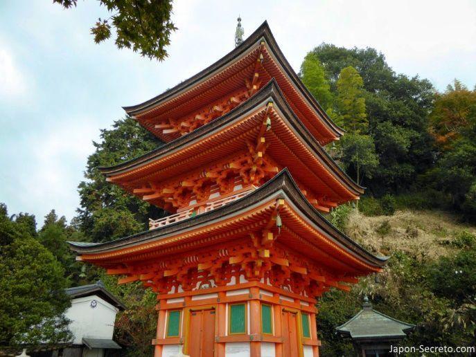 Excursiones desde Kioto: viaje a la isla de Chikubu (Chikubushima), en el lago Biwa. Pagoda de tres pisos del templo Hōgon-ji.