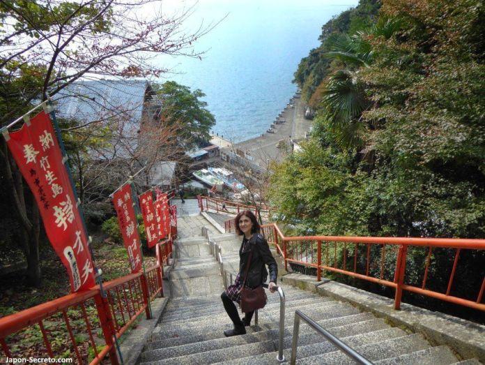 Excursiones desde Kioto: descubriendo la isla de Chikubu, en el lago Biwa. Escaleras y más escaleras. Vistas del puerto de Chikubushima