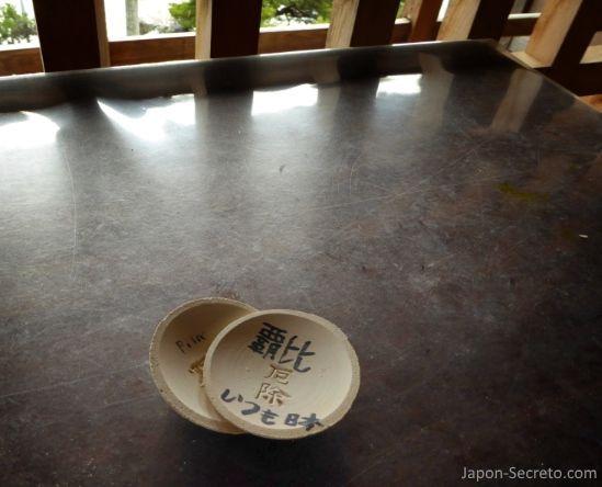 Platitos de loza para el ritual Kawarake Nage (土器投げ). Santuario Tsukubusuma en la isla de Chikubu (Chikubushima).