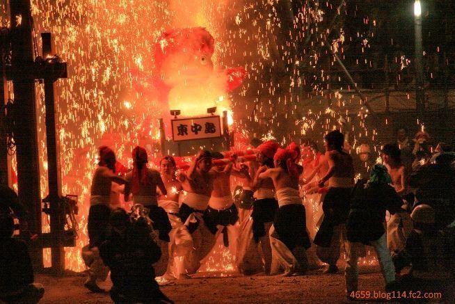 Mikoshi ardiendo en el festival japonés Tejikara No Hi Matsuri - Natsu (手力の火祭り・夏)