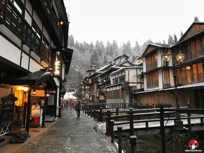 Viajando a Ginzan Onsen (銀山温泉), pueblo balneario en la prefectura de Yamagata (Tohoku, Japón). Ryokan Fujiya (旅館藤屋) a la derecha
