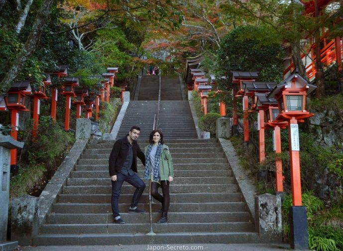 Templo Kuramadera (鞍馬寺) en Kurama (Kioto) durante el momiji (otoño) en Japón