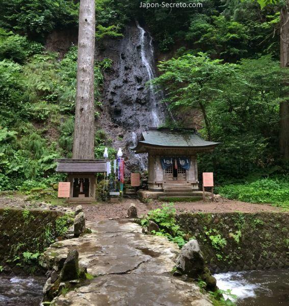 Japón. Ruta de peregrinación Dewa Sanzan. Monte Haguro (Hagurosan). Catarata sagrada Suga y río Haraigawa. Senderismo. Ruta a pie