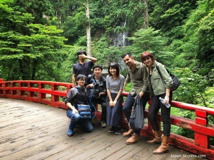Japón. Ruta de peregrinación Dewa Sanzan. Monte Haguro (Hagurosan). Equipo de grabación de documental. Televisión japonesa
