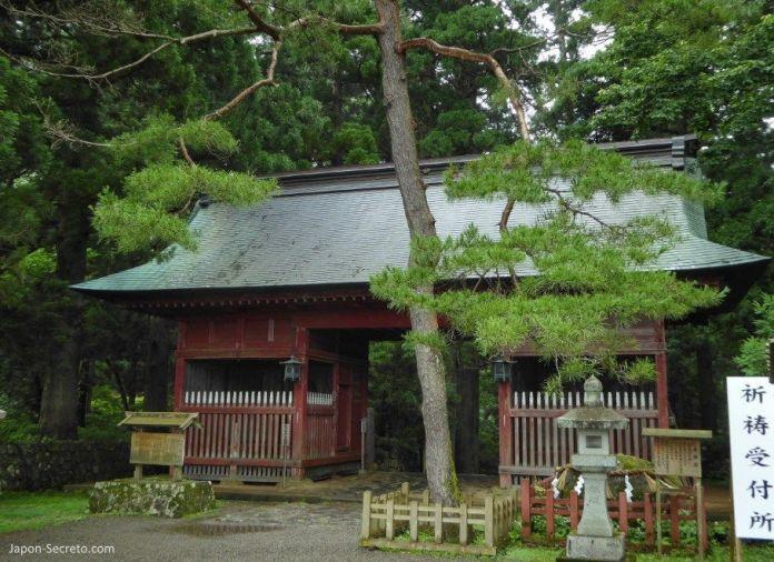 Japón. Ruta de peregrinación Dewa Sanzan. Monte Haguro (Hagurosan). Puerta Zuishinmon