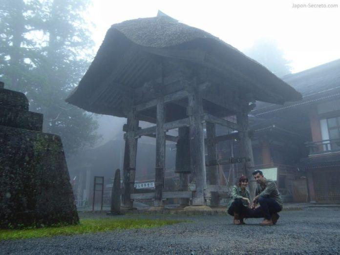 Japón. Ruta de peregrinación Dewa Sanzan. Monte Haguro (Hagurosan). Gran campana en kanezakura. Sanjin Gosaiden o Sanzan Gosaiden. Santuario. Senderismo. Ruta a pie