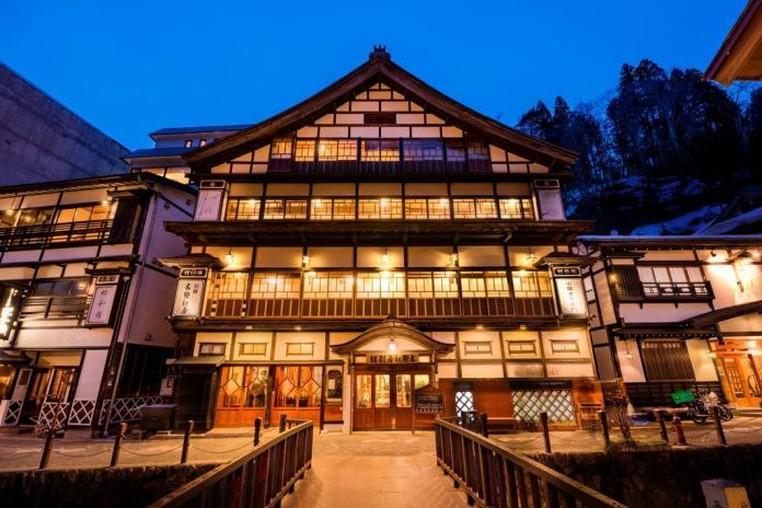 Kosekiya Bekkan (古勢起屋別館) en Ginzan Onsen (銀山温泉), pueblo balneario en la prefectura de Yamagata (Tohoku, Japón).