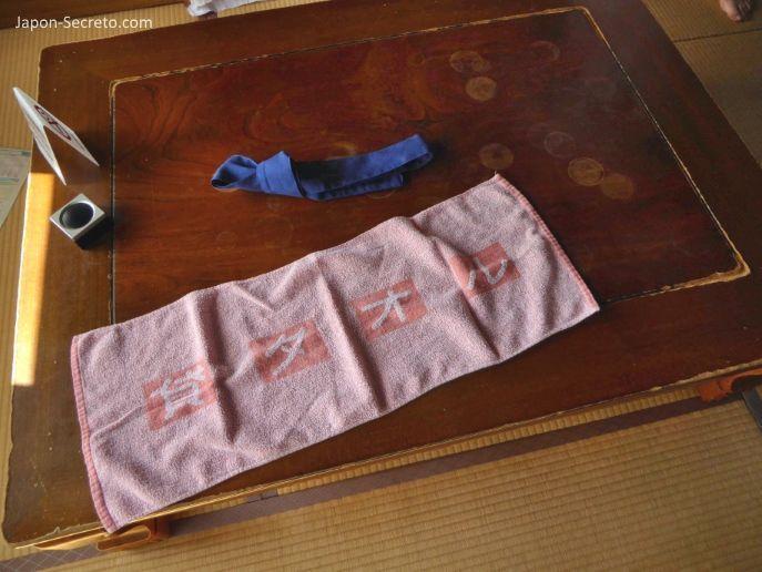 Viajar a Shikoku. Dogo Onsen (Matsuyama, Ehime). Casa de baños Dogo Onsen Honkan. Toalla de onsen.
