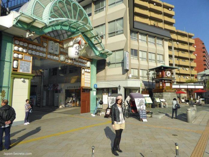 """Viajar a Shikoku. Dogo Onsen (Matsuyama, Ehime). Entrada a la calle de tiendas (shotengai) """"Dōgo Haikara Dōri"""" (道後ハイカラ通り) y reloj Botchan Karakuri."""