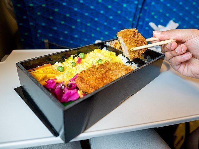Caja bento con pollo dentro del shinkansen (tren bala)