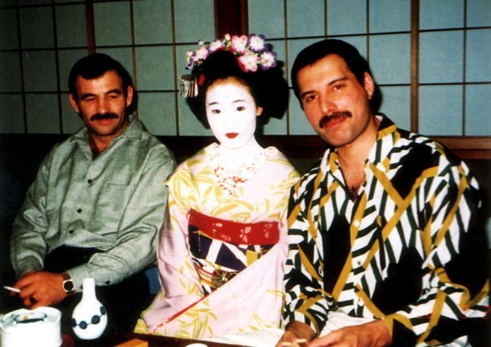 Freddie Mercury y Jim Hutton con una maiko en Japón. Gira Magic Tour 1986