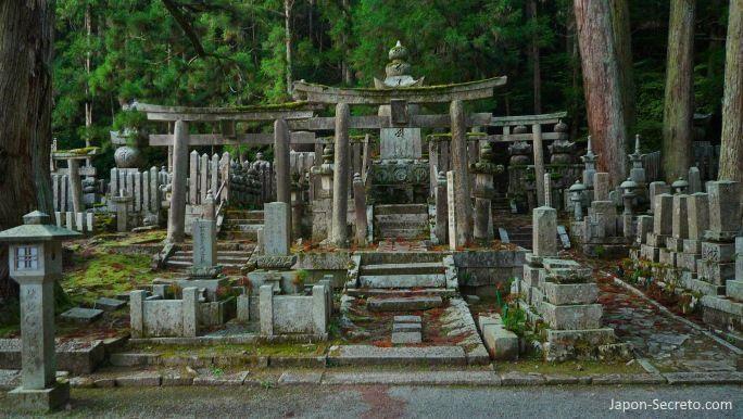 Viajar al Monte Koya o Koyasan (Wakayama): cementerio Okunoin. Lápidas y musgo