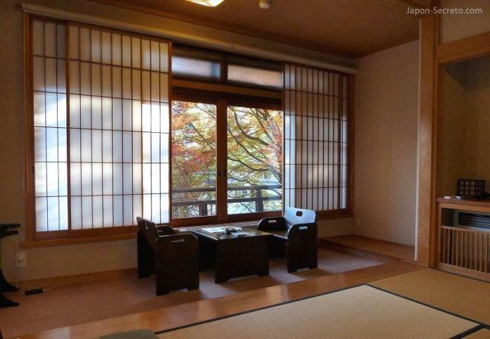 Nuestra habitación en Kusatsu Hotel (Kusatsu Onsen) durante el otoño. Puede disfrutarse del momiji (colores de los árboles en otoño).