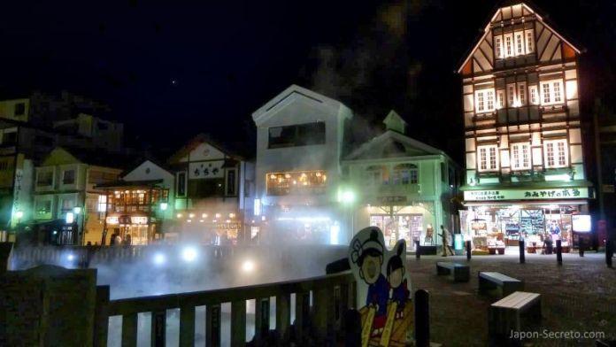 El Yubatake de Kusatsu Onsen de noche, el pueblo balneario más famoso e importante de Japón