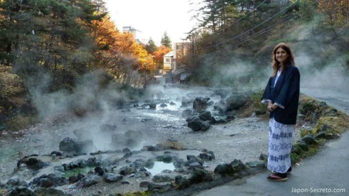 Paseando vestidos con yukata por el parque Sainokawara de Kusatsu Onsen durante la época del momiji (enrojecimiento de las hojas de los árboles).