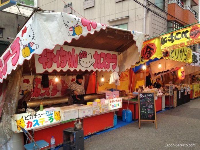"""Puestos de comida (""""yatai"""") en el Festival Tōka Ebisu Taisai (十日えびす大祭) o """"Gran Festival del décimo día de Ebisu"""" en enero en el santuario Imamiya Ebisu de Ōsaka (今宮戎神社)"""