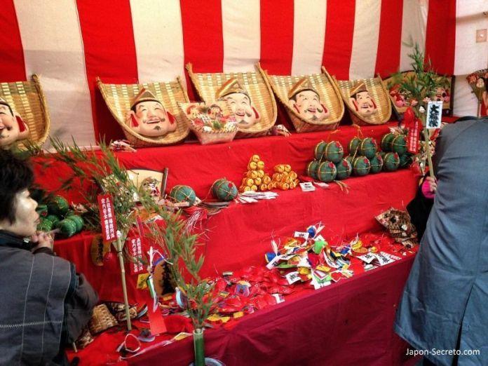 """Adornos del Festival Tōka Ebisu Taisai (十日えびす大祭) o """"Gran Festival del décimo día de Ebisu"""" en enero en el santuario Imamiya Ebisu de Ōsaka (今宮戎神社)"""