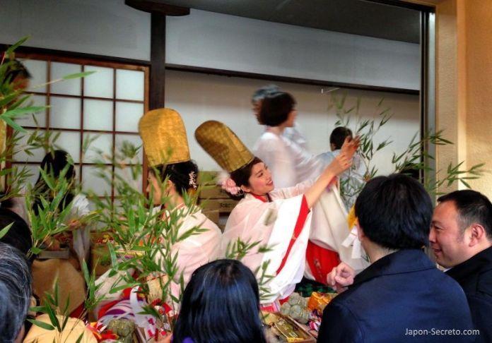 """Guapas chicas japonesas adornando la sasa o rama de bambú en el Festival Tōka Ebisu Taisai (十日えびす大祭) o """"Gran Festival del décimo día de Ebisu"""" en enero en el santuario Imamiya Ebisu de Ōsaka (今宮戎神社)"""