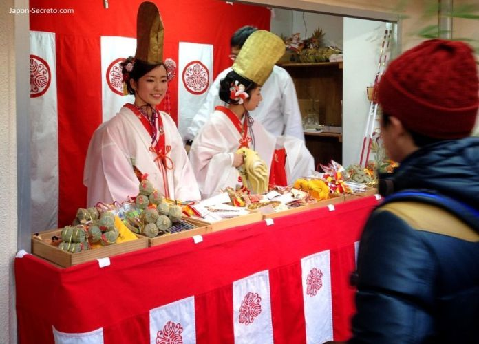 """Bellas japonesas adornando la sasa o rama de bambú en el Festival Tōka Ebisu Taisai (十日えびす大祭) o """"Gran Festival del décimo día de Ebisu"""" en enero en el santuario Imamiya Ebisu de Ōsaka (今宮戎神社)"""