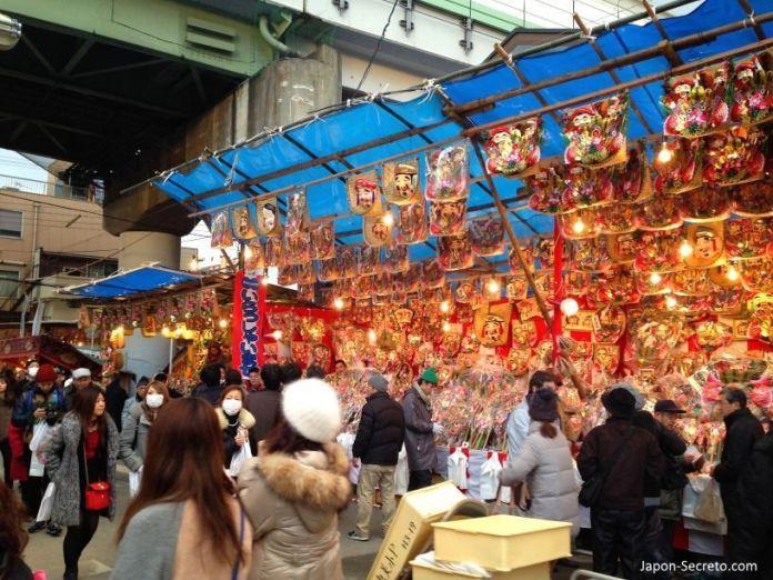 """Puestos de adornos en el Festival Tōka Ebisu Taisai (十日えびす大祭) o """"Gran Festival del décimo día de Ebisu"""" en enero en el santuario Imamiya Ebisu de Ōsaka (今宮戎神社)"""