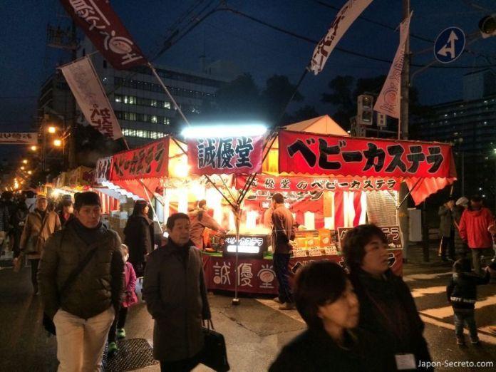 """Puestos callejeros de comida o """"yatai"""". Festival Tōka Ebisu Taisai (十日えびす大祭) o """"Gran Festival del décimo día de Ebisu"""" en enero en el santuario Imamiya Ebisu de Ōsaka (今宮戎神社)"""