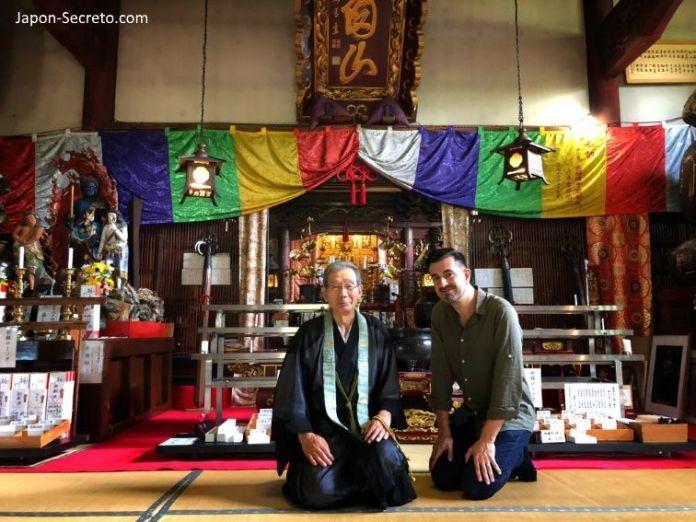 Sokushinbutsu, momias de Japón: en el interior del templo Dainichibo con el monje guía (Tsuruoka, Yamagata). Tohoku.
