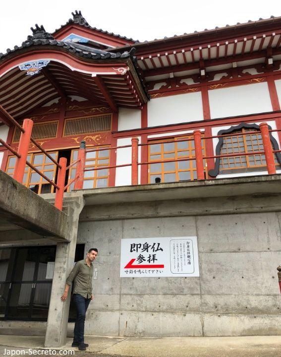 Entrada para ver al buda viviente o Sokushinbutsu en el templo Nangakuji (Tsuruoka, Yamagata). Tohoku.