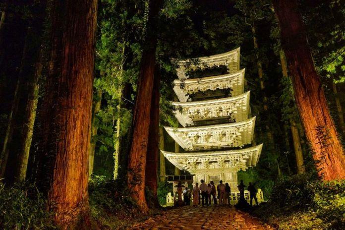 Dewa Sanzan: pagoda de 5 pisos del monte Hagurosan iluminada por la noche (Tohoku, Japón).