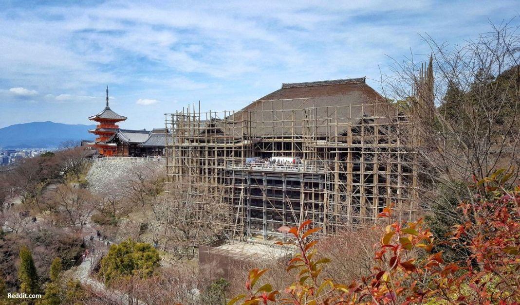 Templo Kiyomizudera (清水寺) cubierto con andamios por obras de reparación