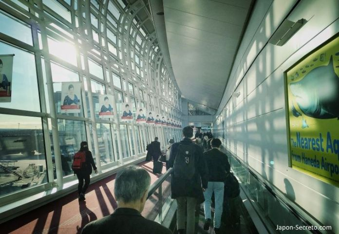 Llegada a la terminal internacional del aeropuerto de Haneda (Tokio, Japón)