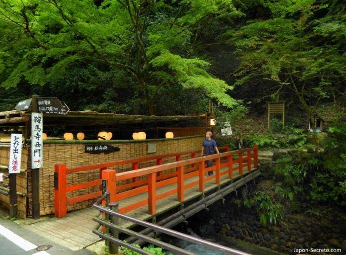 Puente hacia Kibuneguchi. Kibune (Kioto).