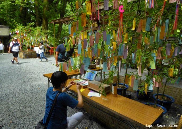 Escribiendo deseos en las tanzaku (短冊) durante el Tanabata (七夕). Santuario Kifune (Kibune, Kioto).