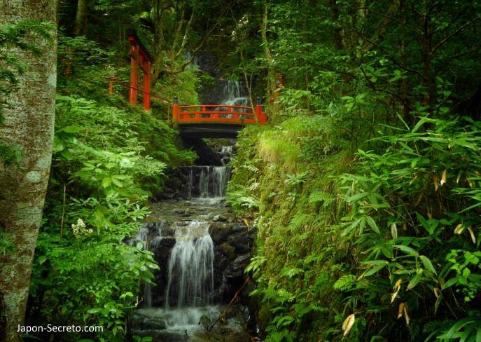Puente sobre el río Ishihi y cascada Amagoi (雨乞の滝). Santuario Kifune. Kibune (Kioto).