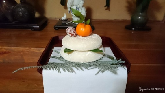 Kagami-mochi przed tokonomą
