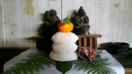 Małe kagami-mochi na kamidanie kuchennej