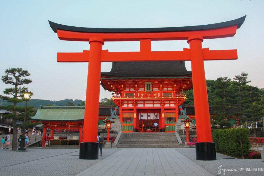 Słynna świątynia tysiąca czerwonych bram torii. Fushimi Inari, prefektura Kioto