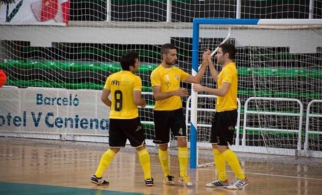 Richi y Álex celebran un gol de Fernan