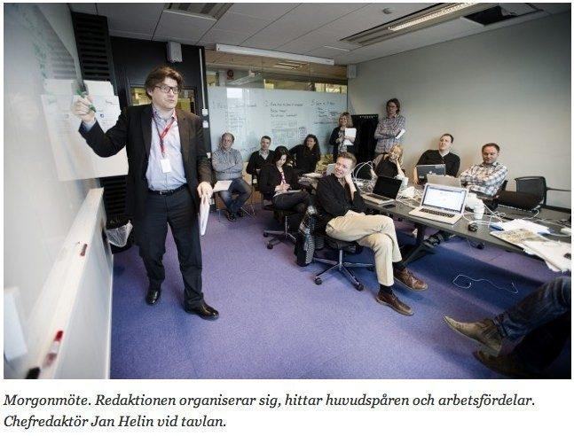 Bilden har jag lånat från Aftonbladet - grejen är att det blir inte öppet för att vi ser Jan Helin vid tavlan. Det blir öppet när vi ser vad han skriver på den. Och ännu mer så när vi skriver den tillsamman, inkl rubrikerna.