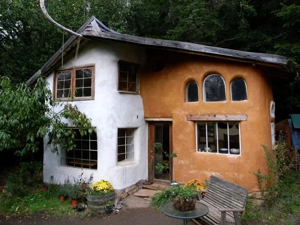 Como construir casas gastando pouco: que tal bioconstruir com suas próprias mãos?