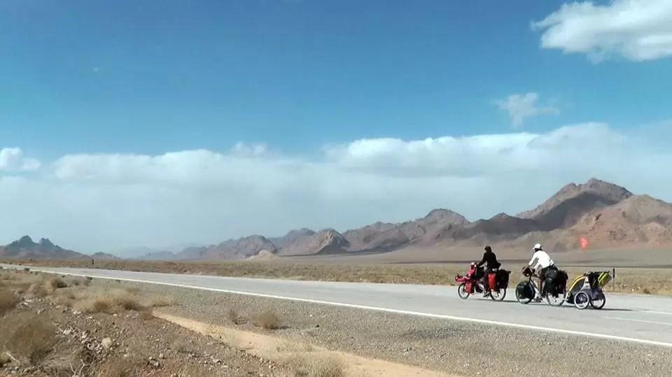 Casal tem 2 filhos durante viagem de bike pelo mundo