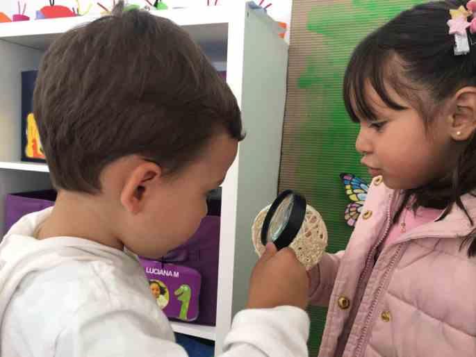 Niños explorando Origami Jardines Infantiles