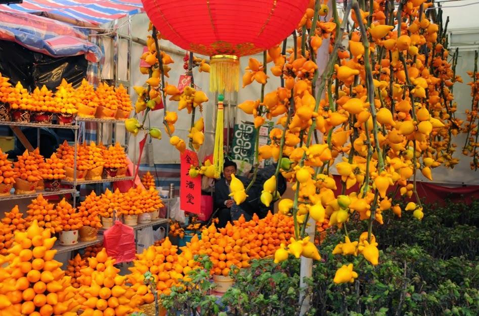 Décorations du Nouvel An chinois à base de morelles mammiforme dans un marché de Hong Kong.