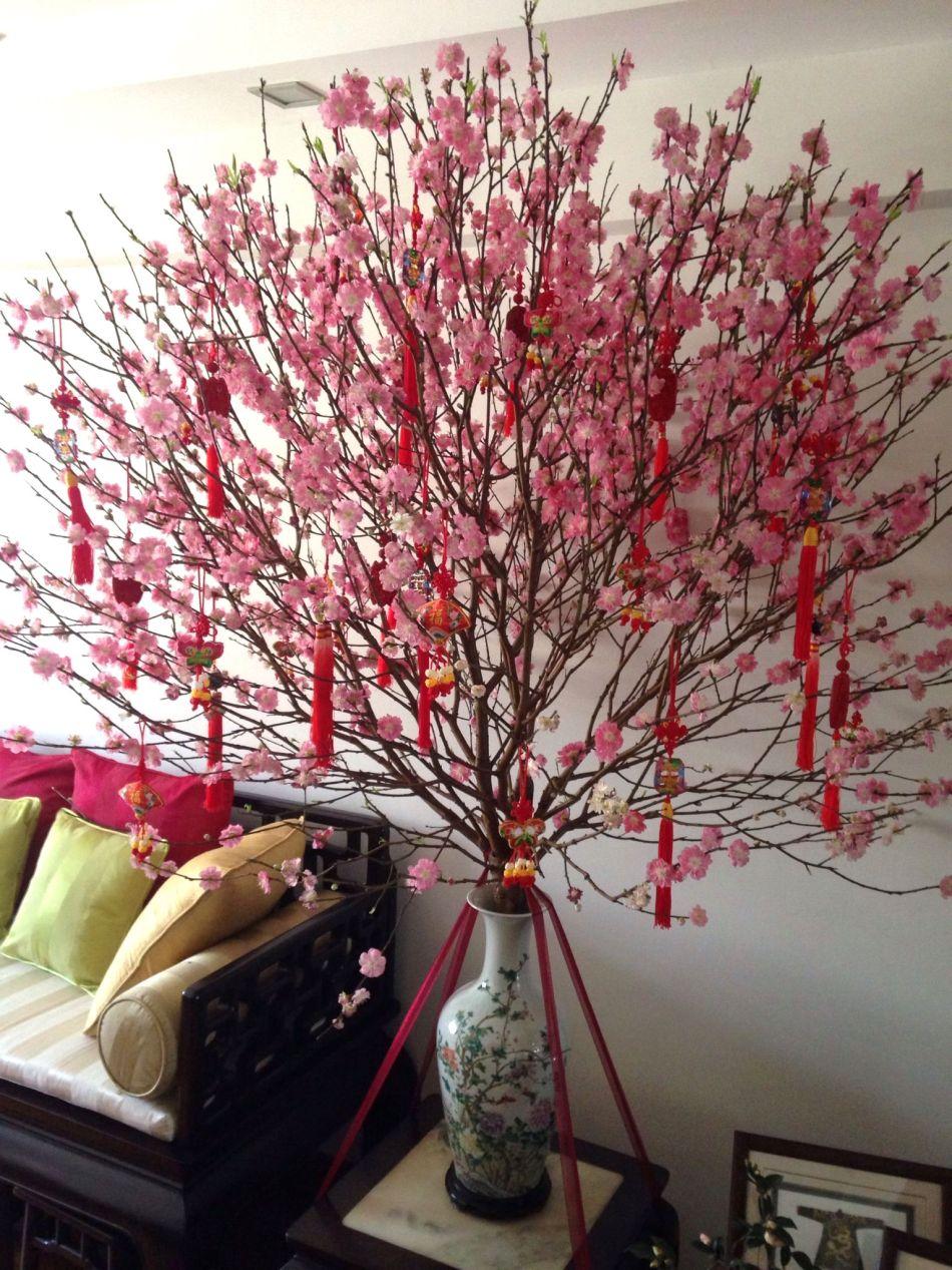 Fleurs de pêcher dans un vase chinois